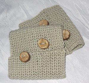 Pulswärmer mit handgefertigten Holzknöpfen handgehäkelt aus Baumwolle in der Farbe Leinen kaufen