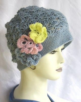 Mütze handgehäkelt aus Baumwolle in Hellblau und farbigen Blüten in einem aufwendigen Muster kaufen