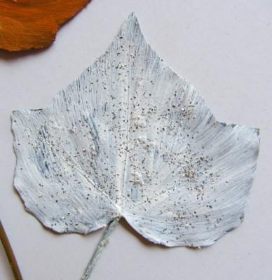 Pflanzenblatt einer Efeupflanze handgefärbt kaufen