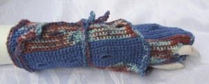 Armstulpen gewickelt handgehäkelt aus handgefärbter Wolle in Blautönen und Rost kaufen