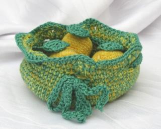 Korb Utensilo mit drei Zitronen als Dekoration handgehäkelt in grün und gelb kaufen