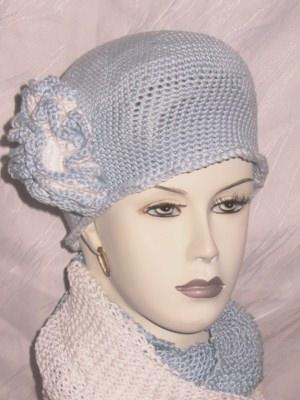 Mütze ♡ mit einer Blüte handgehäkelt aus Baumwolle in Hellblau kaufen