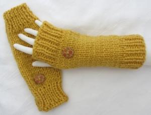 Stulpen Armstulpen ♥ handgestrickt aus Wolle in Ockergelb mit Daumenloch und mit je einem Knopf kaufen