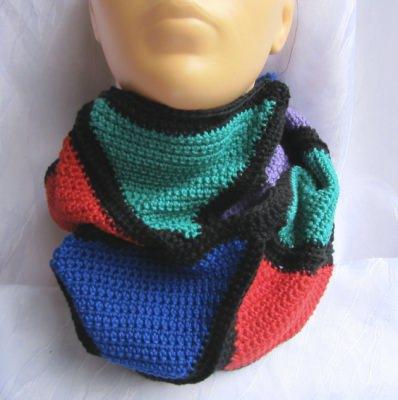 Rundschal handgehäkelt aus Baumwolle in den Farben schwarz, grün, rot, blau, violett kaufen