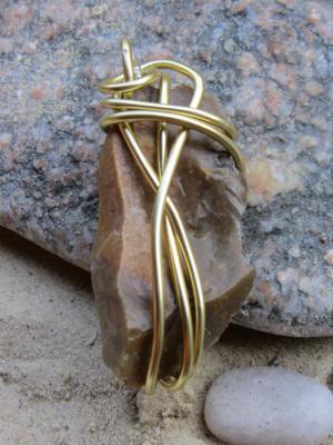 Mit goldfarbigem Aluminiumdraht eingefasster Naturstein als Kettenanhänger kaufen - Handarbeit kaufen