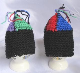 Eierwärmer handgehäkelt aus Baumwolle in den Farben schwarz, rot, grün, blau und violett kaufen