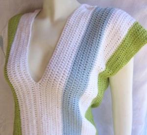 Shirt handgehäkelt aus Baumwolle längsgestreift in den Farben Weiß Hellblau und Grün kaufen