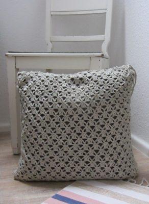 Kissenbezug handgehäkelt aus Baumwolle in der Farbe Leinen kaufen