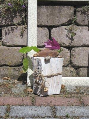Holzscheit mit kleiner Blumenvase dekoriert im Landhausstil kaufen