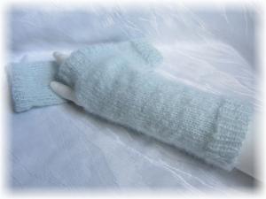 Handgestrickte Armstulpen Größe M mit einem Daumenloch aus weicher Wolle (Mohair) Mischung in der dezenten Farbe Eisblau kaufen - Handarbeit kaufen