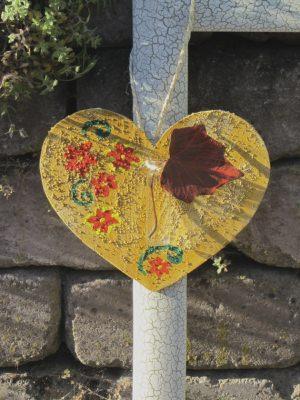 Herz ♡ aus Sperrholz zugesägt handbemalt und mit einer kleinen Vase dekoriert kaufen
