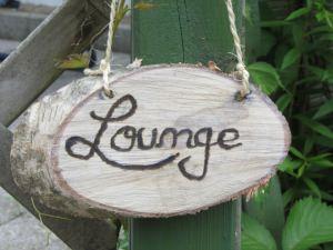 Schild mit der Aufschrift Lounge handgefertigt aus Holz für Ihren Garten oder als Geschenk kaufen