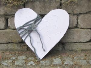 Herz aus Holz handgefertigt und dekoriert mit grauem Willfilzband und einem silberfarbigen Anhänger kaufen