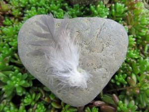 Stein mit einmaliger Maserung als Grabschmuck mit einer Feder dekoriert kaufen