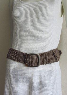 Gürtel handgehäkelt aus Baumwolle in taupe mit silberfarbiger Gürtelschließe kaufen