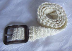 Gürtel 105 x 4 cm handgehäkelt aus Baumwolle in creme mit einer bronzefarbenen Gürtelschließe kaufen