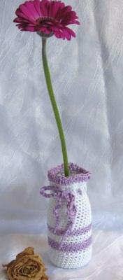 Vase ☀ in einem Kleid handgehäkelt aus Baumwolle in weiß und flieder kaufen