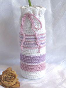 Vase ☀ in einem Kleid handgehäkelt aus Baumwolle in weiß, rosa und flieder kaufen
