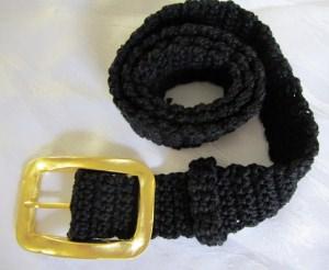 Gürtel 95 x 4 cm handgehäkelt aus Baumwolle in schwarz mit goldfarbiger Gürtelschließe kaufen