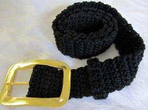 Gürtel handgehäkelt aus Baumwolle in schwarz mit goldfarbiger Gürtelschließe kaufen