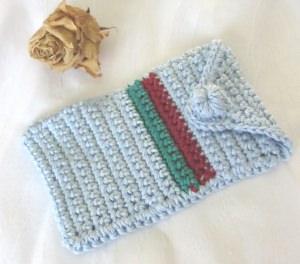 Schutzhülle für Smartphone handgehäkelt aus Baumwolle in Hellblau Rot und Grün kaufen