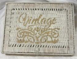 Rattankiste mit Deckel handgefärbt in Weiß im Landhausstil und schabloniert mit dem Schriftzug Vintage kaufen