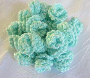 Blüte ☀ handgehäkelt aus Baumwolle in der Farbe Mint als Tischdekoration oder Geschenkanhänger kaufen