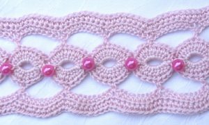 Tischläufer handgehäkelt aus Baumwolle in Rosa mit Wachsperlen in Pink kaufen