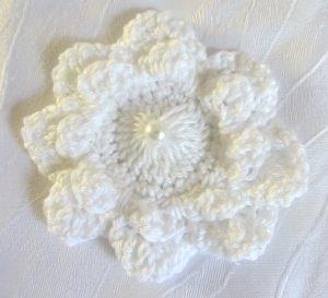 Blüte ☀ handgehäkelt aus Baumwolle in der Farbe Weiß mit einer Perle als Tischdekoration oder Geschenk kaufen