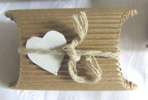 Handgefertigte Geschenkschachtel ♡ aus Wellpappe in der Farbe Natur dekoriert mit einem farblich harmonierenden Band und einem Herz aus Pappe bestellen - Handarbeit kaufen