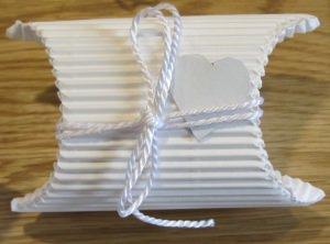 Geschenkschachtel ♡ handgefertigt aus Wellpappe in der Farbe Weiß dekoriert mit einem farblich harmonierenden Band und einem Herz aus Pappe bestellen