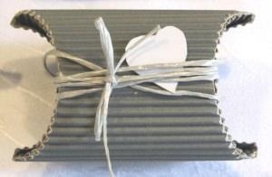 Geschenkschachtel ♡ handgefertigt aus Wellpappe in der Farbe Grau dekoriert mit einem farblich harmonierenden Band und einem Herz aus Pappe bestellen