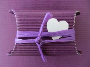 Geschenkschachtel ♡ handgefertigt aus Wellpappe in der Farbe Lila dekoriert mit einem farblich harmonierenden Band und einem Herz aus Pappe bestellen