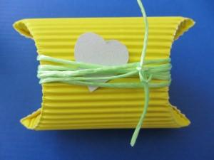 Geschenkschachtel ♡ handgefertigt aus Wellpappe in der Farbe Gelb dekoriert mit einem farblich harmonierenden Band und einem Herz aus Pappe bestellen