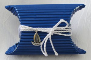 Geschenkschachtel im maritimen Stil handgefertigt aus Wellpappe in Blau und Weiß mit einem Segelboot als Anhänger ideal für das kleine Geschenk bestellen