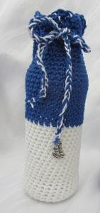 Blumenvase ☀ handgehäkelt aus blauer und weißer Baumwolle im maritemen Kleid mit einem Anhänger kaufen