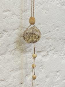 Naturstein umhäkelt mit Baumwolle in der Farbe Beige und Graumeliert als Aufhänger im Landhausstil kaufen