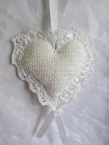 Herz ♥ handgefertigt aus Baumwolle in Weiß zum Verschenken als Ringkissen für die Hochzeit oder als Aufhänger kaufen