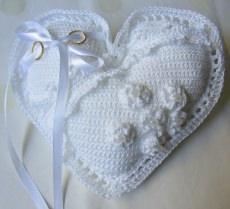 Ringkissen ♡ Herz handgehäkelt für die romantische Traumhochzeit in weiß kaufen