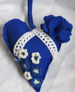 Herz ♥ handgefertigt aus verschiedenen Materialien in Blau und Weiß zum Verschenken oder zum Aufhängen als Dekoration kaufen