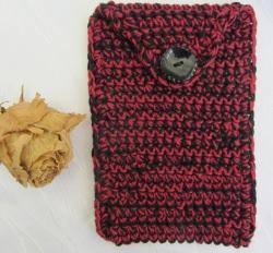 Schutzhülle für Smartphone handgehäkelt aus Baumwolle in der Farbkombination Rot und Schwarz kaufen