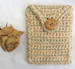 Schutzhülle für Smartphone handgehäkelt aus Baumwolle in einer Farbkombination aus Lachsrosa und Natur kaufen kaufen