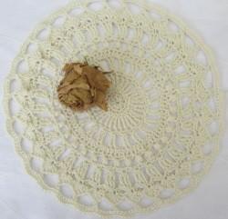 Tischdecke rund handgehäkelt aus Baumwolle in Creme in einem extravaganten Muster im Landhausstil kaufen
