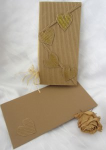 Faltkarte mit Einlegeblatt und einem selbstgemachten Briefumschlag handgefertigt aus Wellpappe mit Herzen aus meiner Serie Natur kaufen