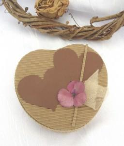 Geschenkschachtel handgemacht aus Wellpappe aus meiner Serie Natur in Herzform kaufen