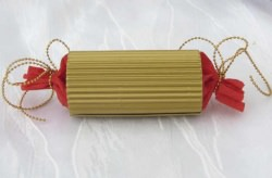 Geschenkschachtel handgemacht aus goldfarbiger und roter Wellpappe für das kleine Geschenk kaufen