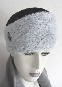 Mütze handgehäkelt aus weiß-schwarz-melierter Fransenwolle  und schwarzer Baumwolle kaufen