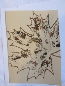 Grußkarte Faltkarte mit einem Herbstmotiv Ahornblatt mit Liebe handgemalt auf Tonzeichenpapier in Ocker und Braun kaufen