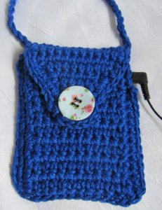 Täschchen für Musik-Player handgehäkelt aus Baumwolle in Blau oder in Ihrer Wunschfarbe bestellen