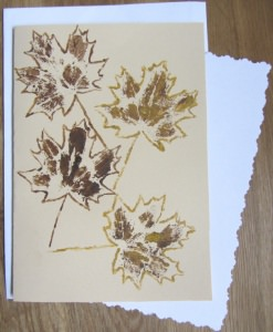 Grußkarte Klappkarte mit einem Herbstmotiv Ahornblatt mit Liebe handgemalt auf Tonzeichenpapier in Ocker und Braun kaufen